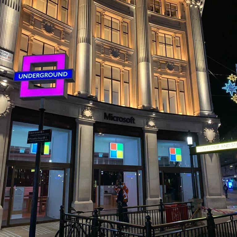 prédio da Microsoft Store com decoração playstation